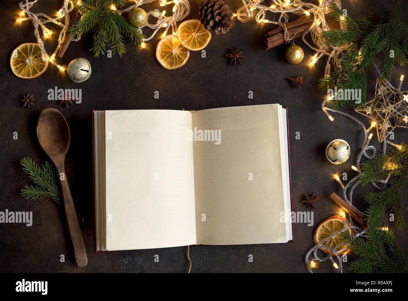 Menü Weihnachten.Weihnachten Kochbuch Oder Menü Auf Dunklen Tisch Leere Kochbuch