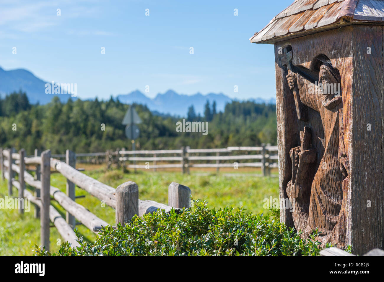 Wegkreuz oder Christian Bildstock, Holz- Abbildung an der Wieskirche oder Wies Kirche, Wies, Steingaden, Bayern, Deutschland, Europa Stockbild