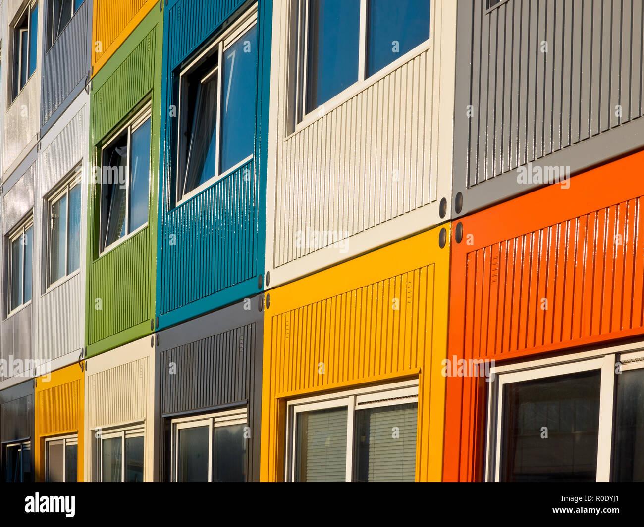 Cargo Container In Vielen Farben Als Wohnung Von Studenten Verwendet
