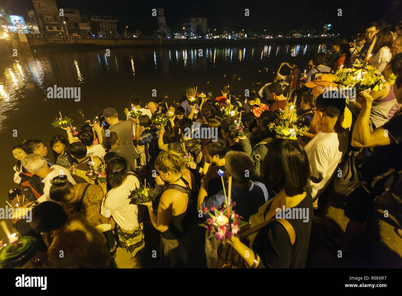 CHIANGMAI THAILAND NOVEMBER 28: Thai Menschen loslassen floating Angebote in Loy Krathong und Yi Peng Festival am 28 November, 2012 Chiangmai, Thail Stockfoto