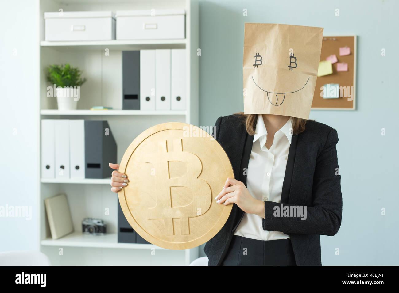 Crypto Wahrung Virtuelles Geld Und Blockchain Konzept Frau Lustig Papier Maske Mit Bitcoin Symbol Im Buro Stockfotografie Alamy