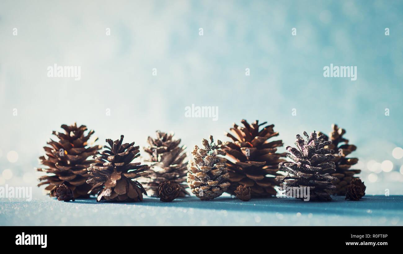 Weihnachtsbeleuchtung Tannenzapfen.Schöne Weihnachten Hintergrund Tannenzapfen Auf Glänzenden Blauen