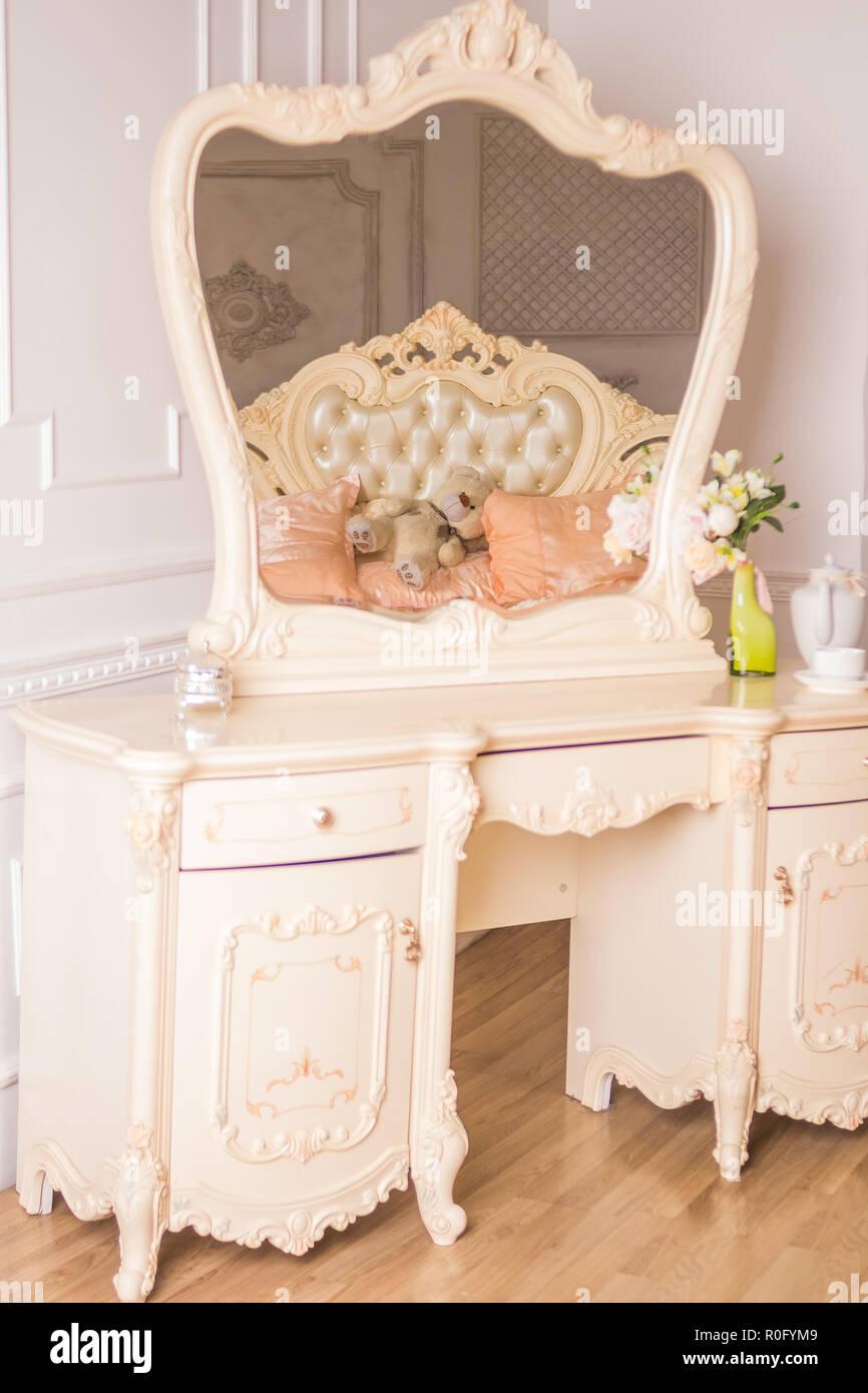 Details Des Innenraums Der Schlafzimmer Für Mädchen Und Make Up, Frisuren  Mit Einem Spiegel. Guten Morgen Kaffee Im Bett. Boudoir Tabelle,  Schminktisch.