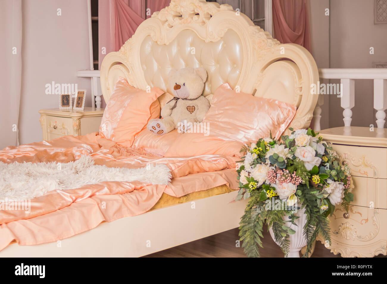Teddybar Sitzen Auf Grossen Bett In Den Gemutlichen Und Hellen