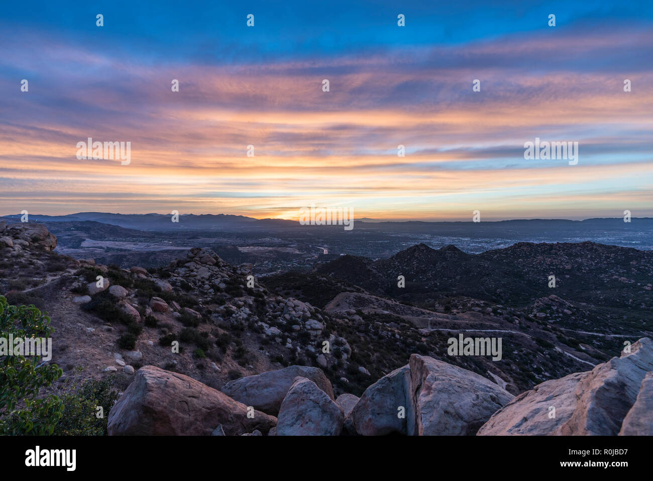 Sunrise felsigen Hügel Blick über die San Fernando Valley in Los ...