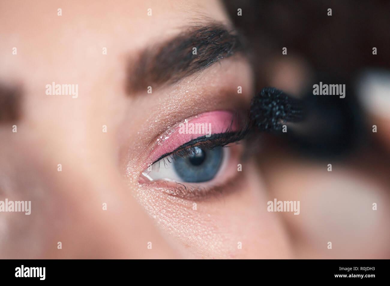 Nahaufnahme Des Make Up Artist Anwenden Smokey Eyes Make Up Beauty