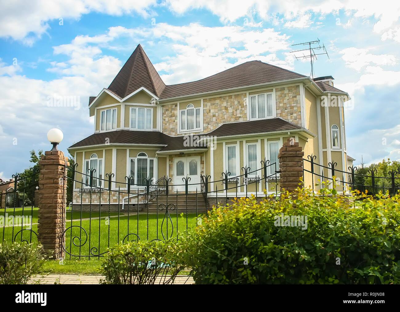 Neues Modernes Haus Mit Einem Geschmiedeten Zaun Umgeben Closeup