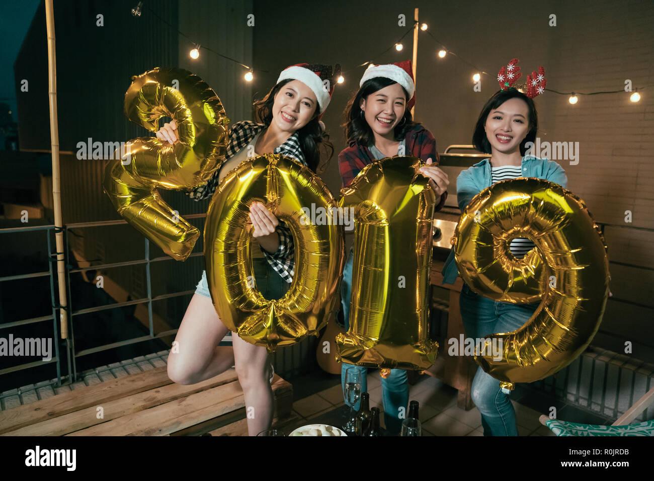 Weihnachten 2019 Musik.Freundliche Damen Genießen Sie Musik Auf Dem Balkon Feiern Holding