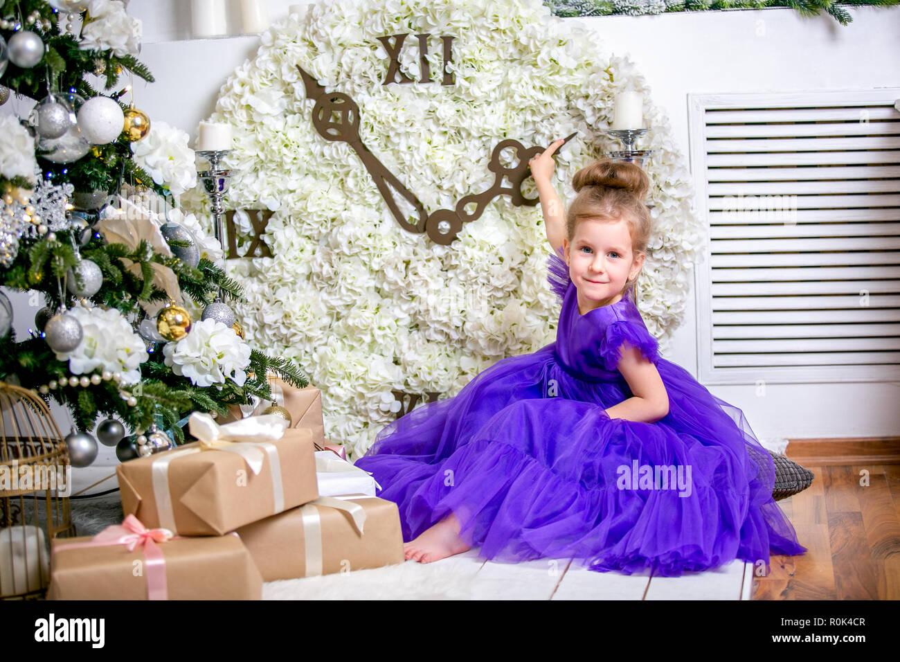 Hübsches kleines Mädchen 4 Jahre alt in einem blauen Kleid. Baby in ...
