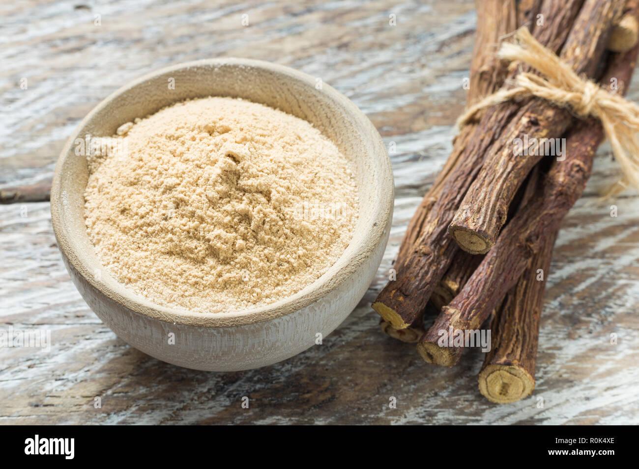 Pulver Und Süßholz Wurzel Auf Dem Tisch Glycyrrhiza Glabra