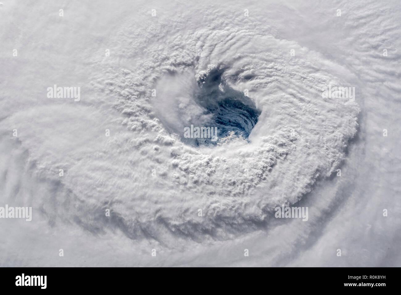 Blick aus dem Weltraum zeigt das Auge des Hurricane Florenz in den Atlantischen Ozean. Stockbild