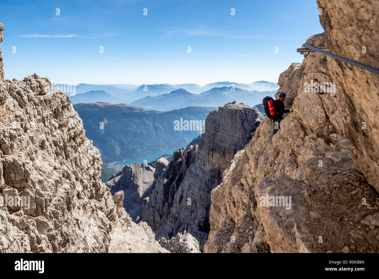 Klettersteig Outfit : Männliche bergsteiger am klettersteig in der atemberaubenden