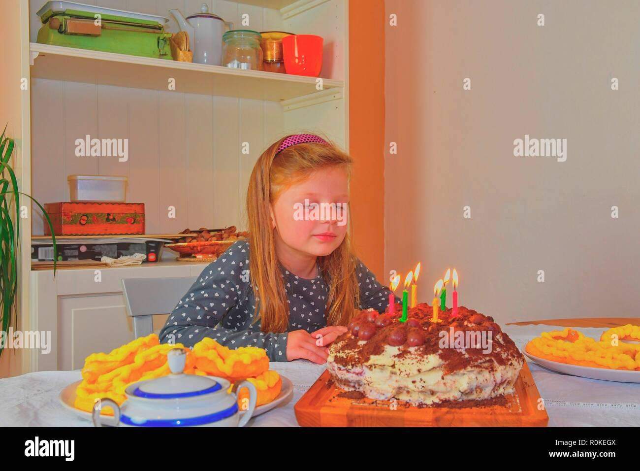 Kleines Madchen Auf Der Suche Auf Ihrem Geburtstag Kuchen Kleine