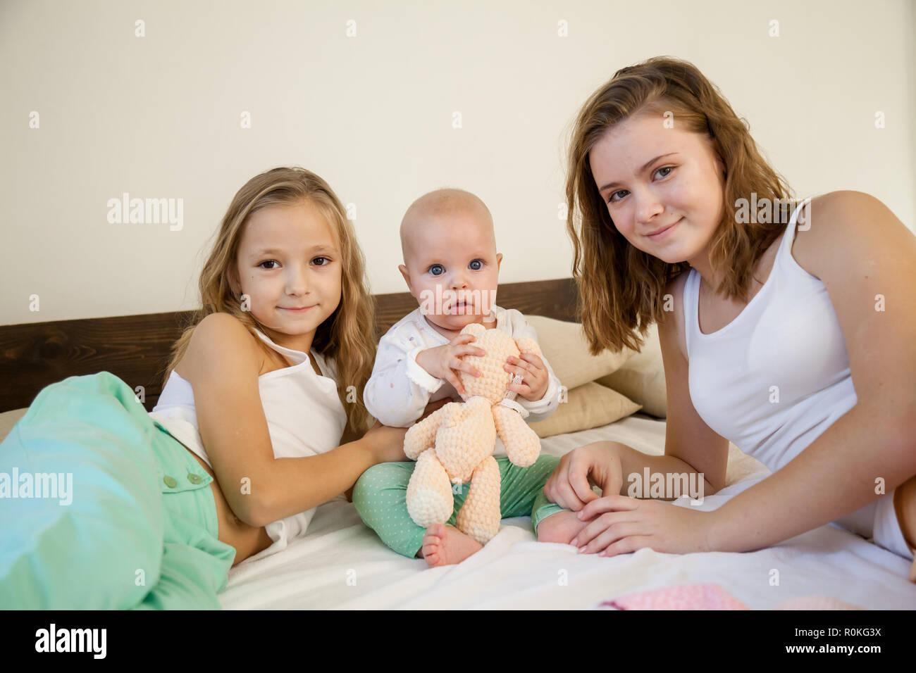 Drei Mädchen Schwestern in den Spielen im Schlafzimmer am Morgen liebe Stockfoto