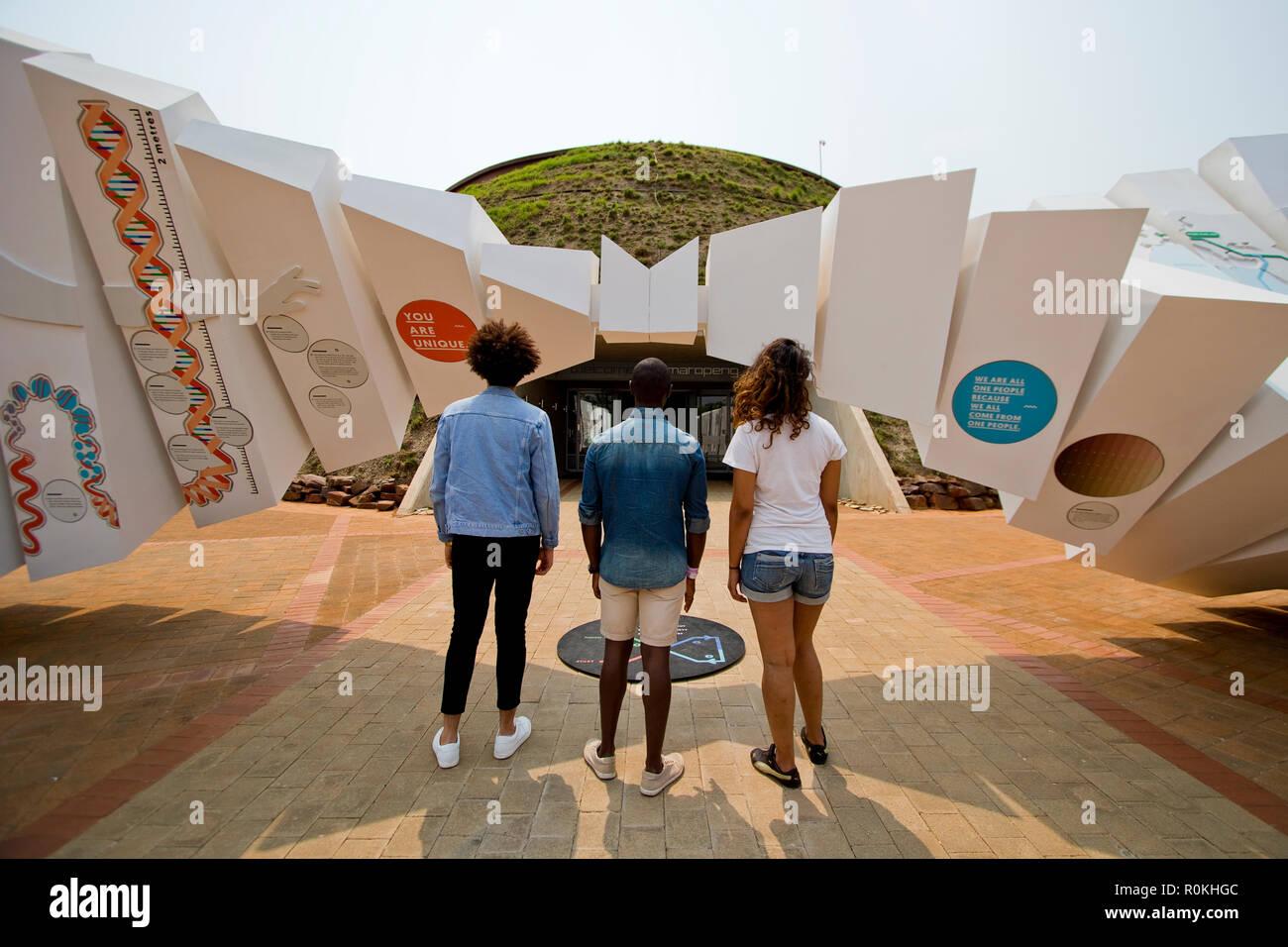 Touristen vor der Wiege der Menschheit Museum Stockbild