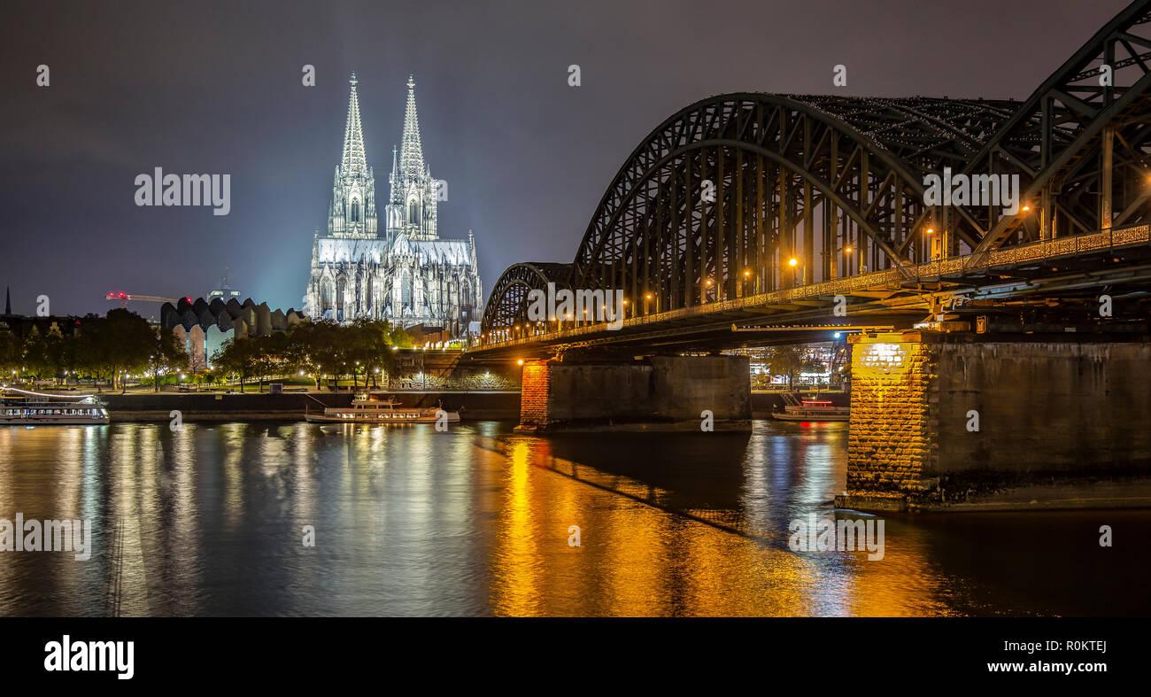 Kolner Dom Bei Nacht Beleuchtet Mit Dem Rhein Und Hohenzollernbrucke Sichtbar Stockfotografie Alamy