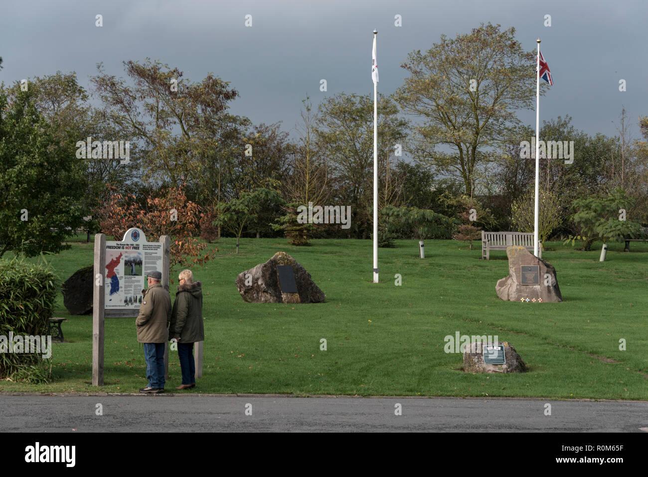 Ein paar Besucher des Korea Krieges in der National Memorial Arboretum. Es ist Großbritanniens das ganze Jahr über nationale Ort des Gedenkens entfernt. Stockbild