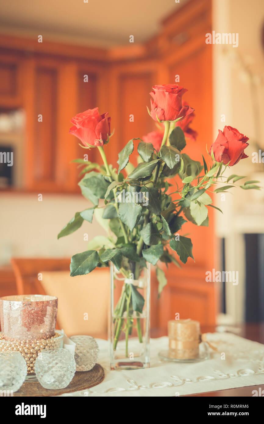 Vase Mit Den Roten Rosen Auf Dem Tisch Das Leben Feiern Event