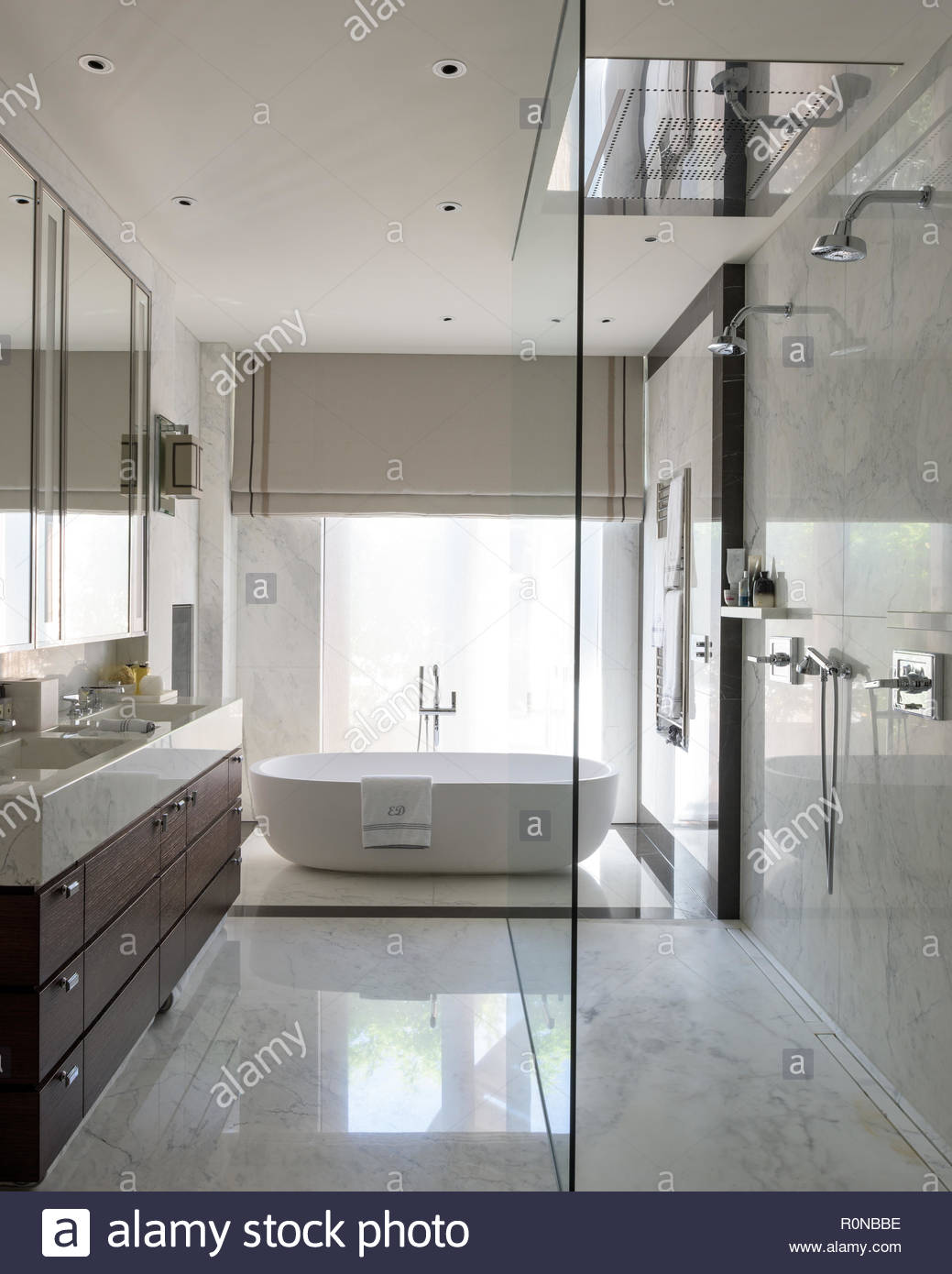 Freistehende Badewanne im klassischen Badezimmer Stockfoto, Bild ...