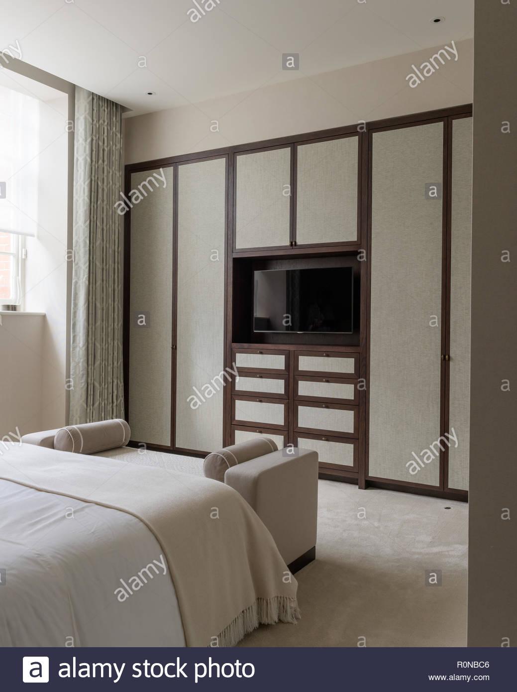 Flachbildschirm Fernseher Im Schlafzimmer Stockfoto Bild 224204742