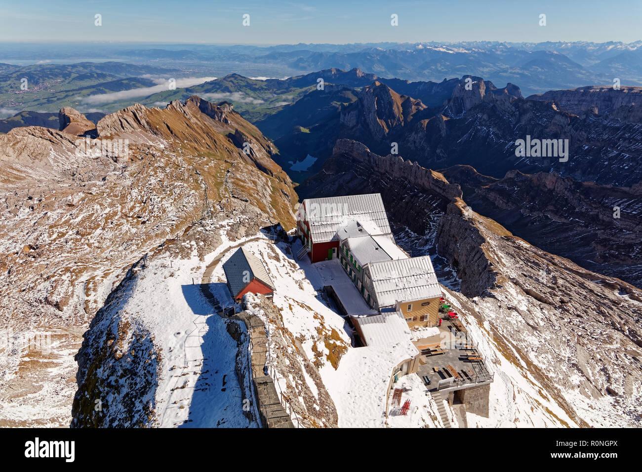 Sonnig, erster Schnee, Blick vom Säntis/Säntis in Richtung Alt Säntis Restaurant (Berggasthaus Alter Säntis), Alpstein, Appenzell, Schweiz Stockbild