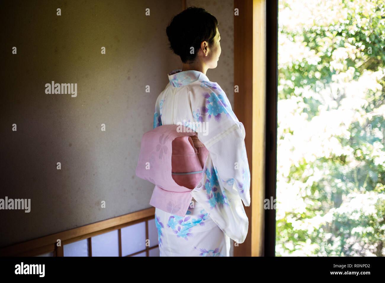 Ansicht Der Ruckseite Des Japanischen Frau Am Fenster Das Tragen