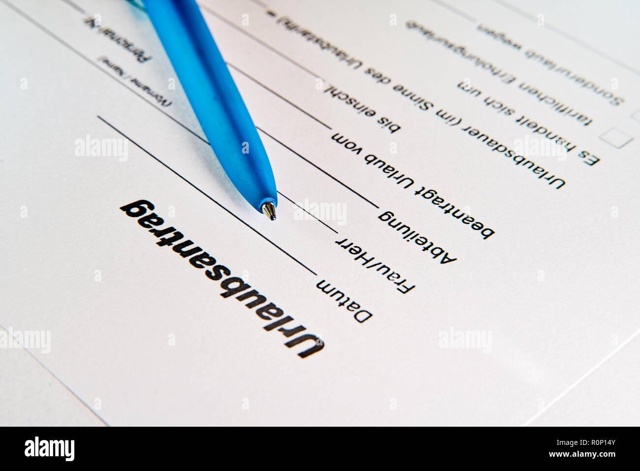 Antrag auf Zulassung eines Arbeitnehmers auf einem Tisch Stockbild