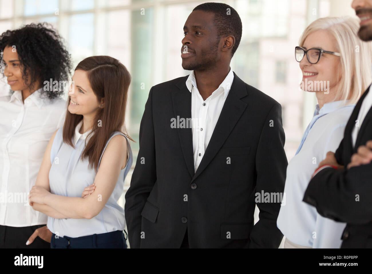 Aufgeregt diverse Mitarbeiter kümmern sich in der Ferne träumen von Erfolg Stockbild