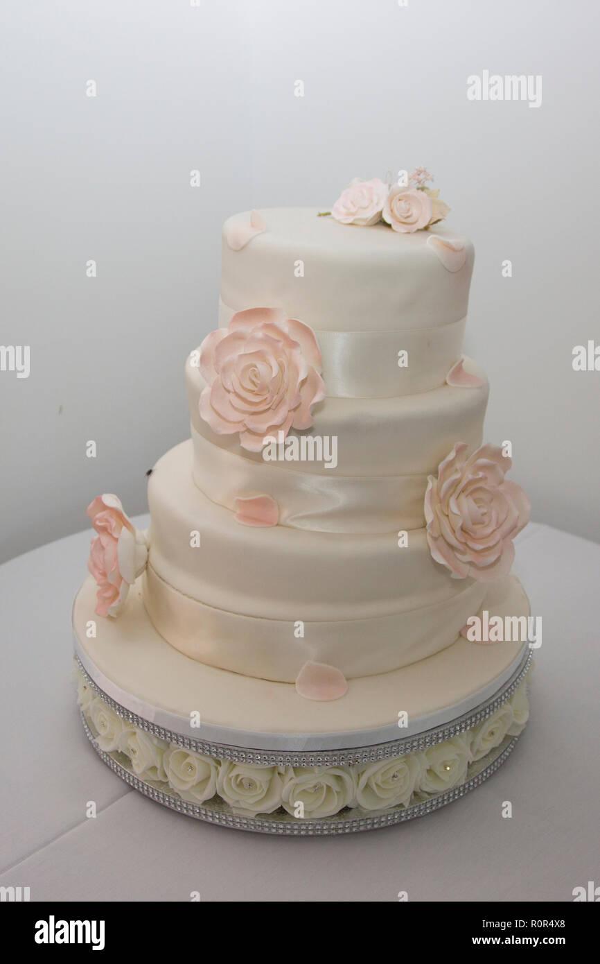 3 Tier Iced White Wedding Kuchen Mit Sahne Band Und Blassrosa Iced