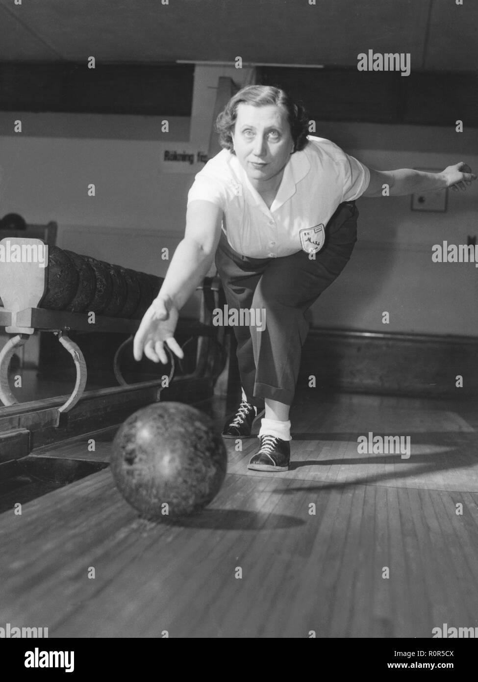 Bowling in den 1950er Jahren. Frauen bowler Maja Tuvesson die Kugel an einem Turnier 1956 wirft. Schweden Stockbild