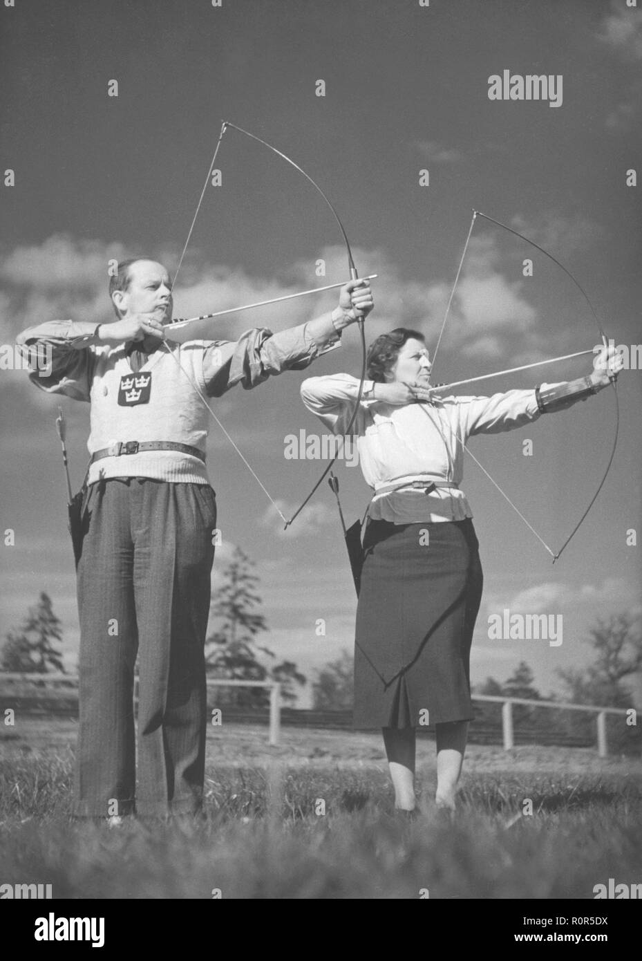 Bogenschützen in den 1940er Jahren. Henry Kjellson mit Frau Tina sind beide aktiv im Bogenschießen und ist hier zu sehen in einem Wettbewerb 1941 beteiligten. Stockbild
