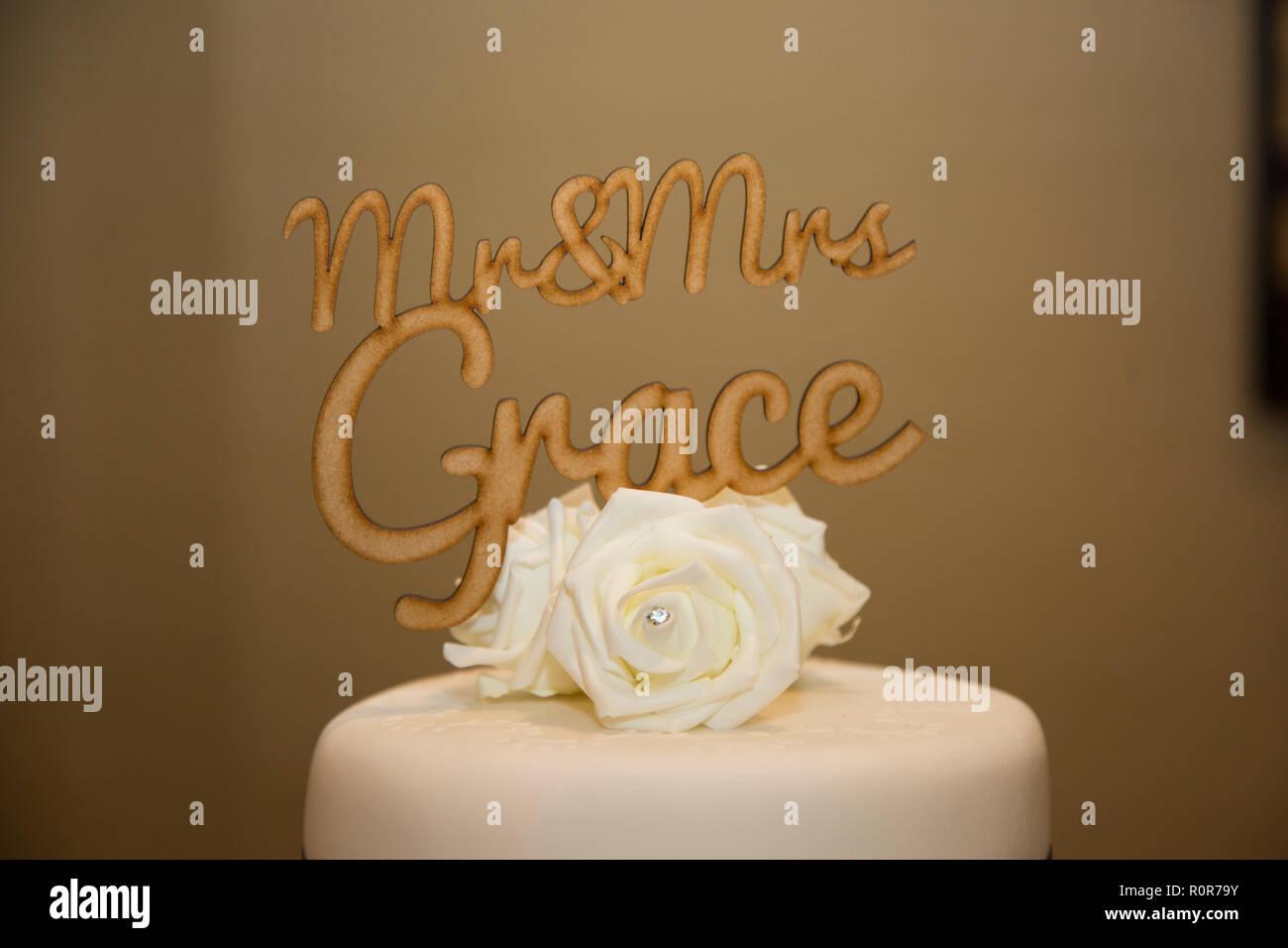 Holz Cake Topper Von Herrn Und Frau Grace Mit Weissen Rose Blume