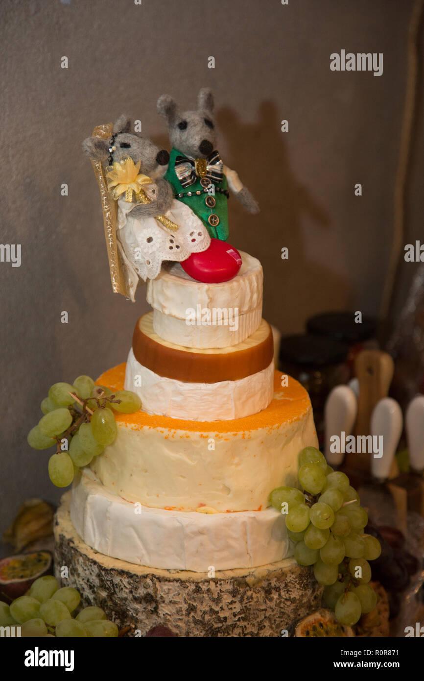 Braut Und Brautigam Mause Cake Toppers Auf Einem Kase Hochzeitstorte