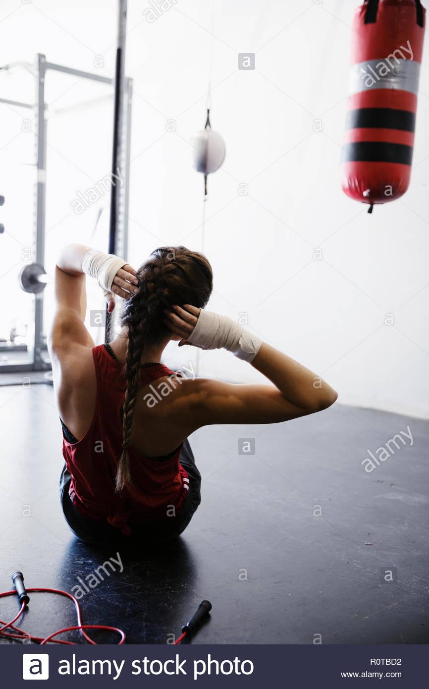 Weibliche Boxer, Sit-ups in der Turnhalle Stockbild