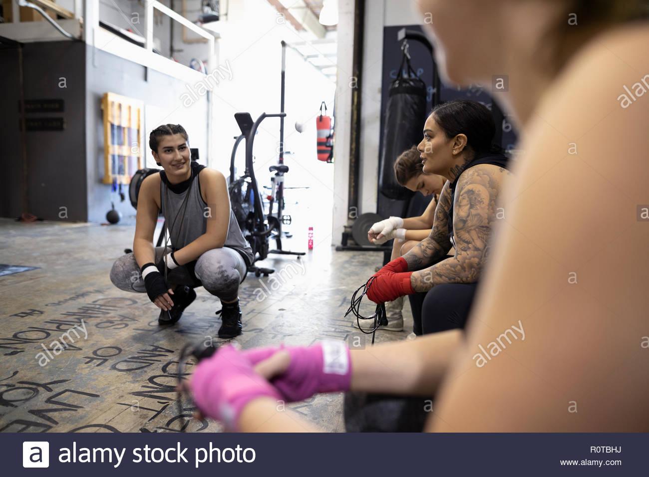 Boxer sprechen in der Turnhalle Stockbild