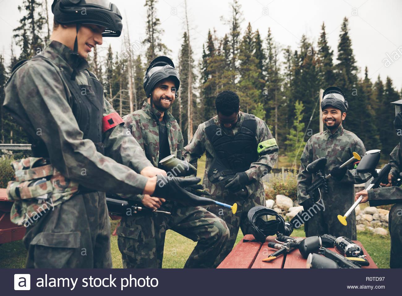 Freunde Ausrüstung vorbereiten für Paintball Stockbild