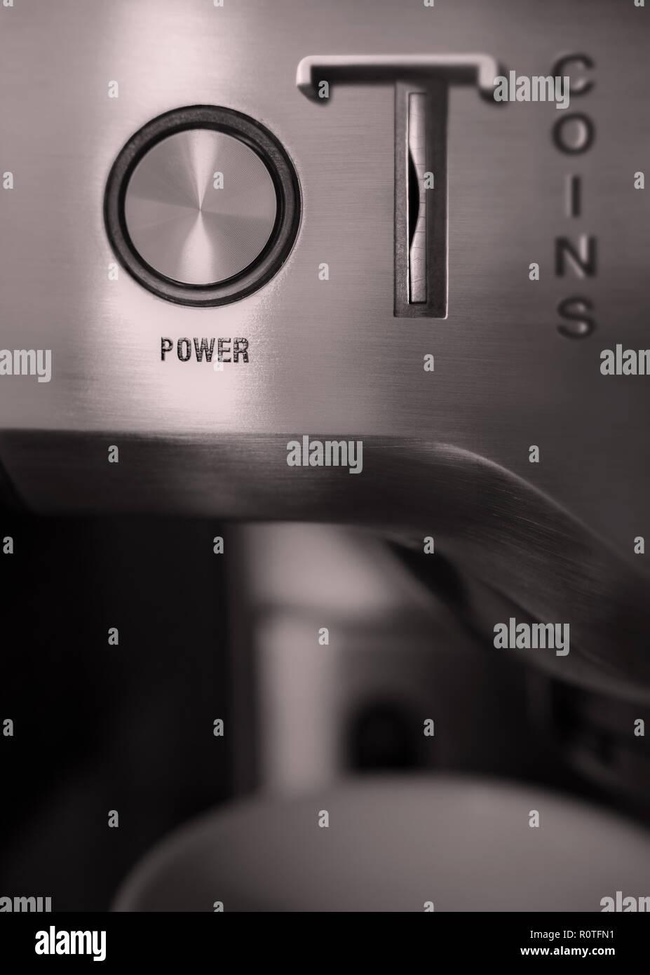 Die Einzelheiten der ein elektrisches oder elektronisches Gerät sehen wir den Netzschalter und die Steckplatz Münzen zu stecken. Stockbild