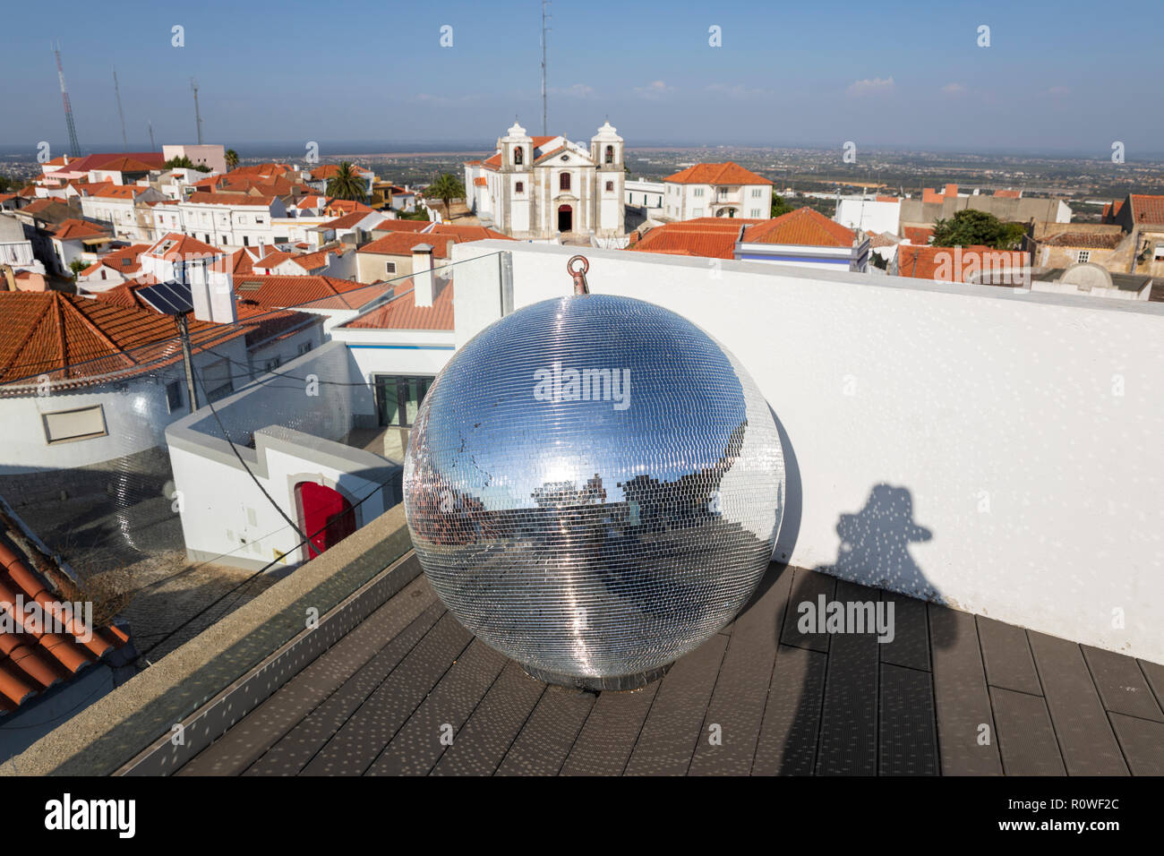 Mirror Ball und Blick über die Stadt von Palmela mit der Igreja de Sao Pedro de Palmela Setubal, Palmela, Bezirk, Region Lissabon, Portugal, Europa Stockbild