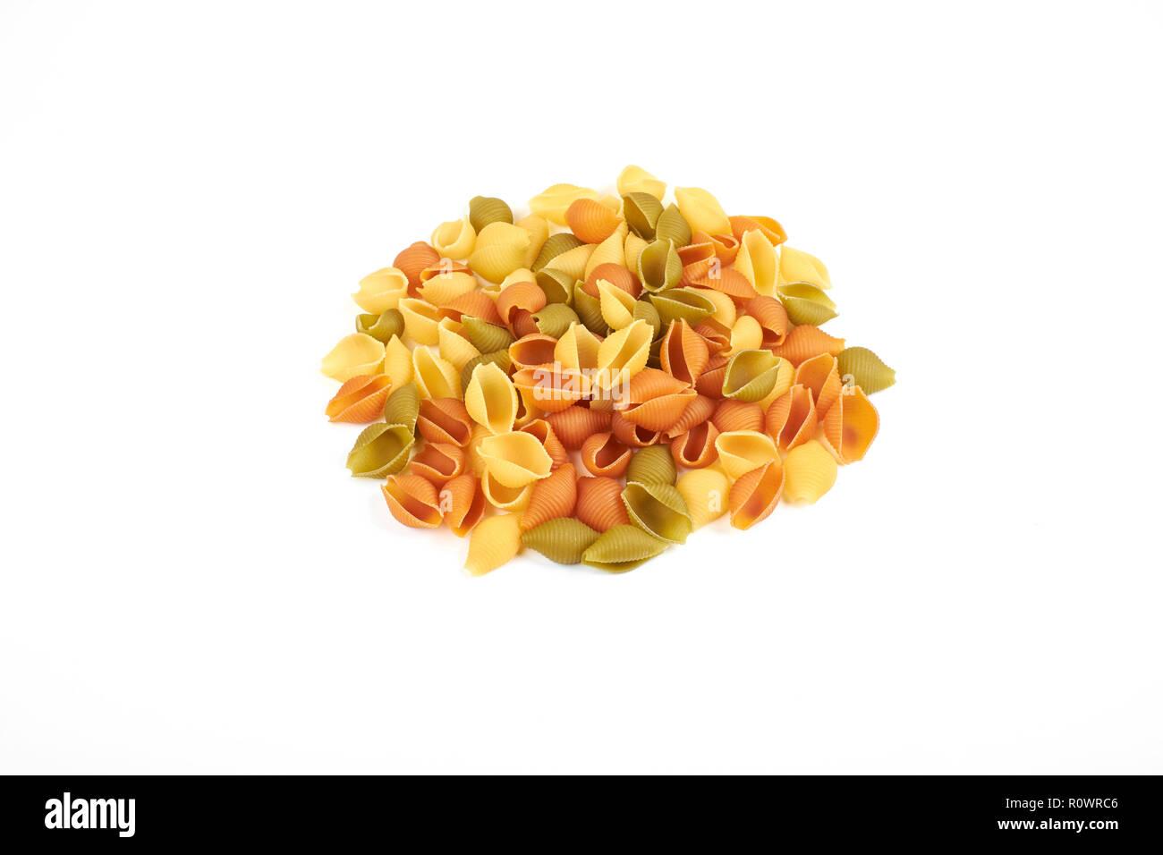 Shell Pasta auf weißem Hintergrund, Ansicht von oben. Stockfoto