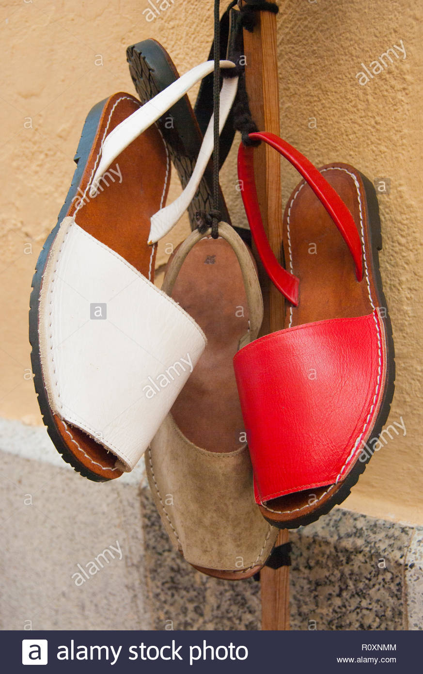 3e858169d46a8a Drei typische spanische Schuhe hing außerhalb eines Shop Stockfoto ...
