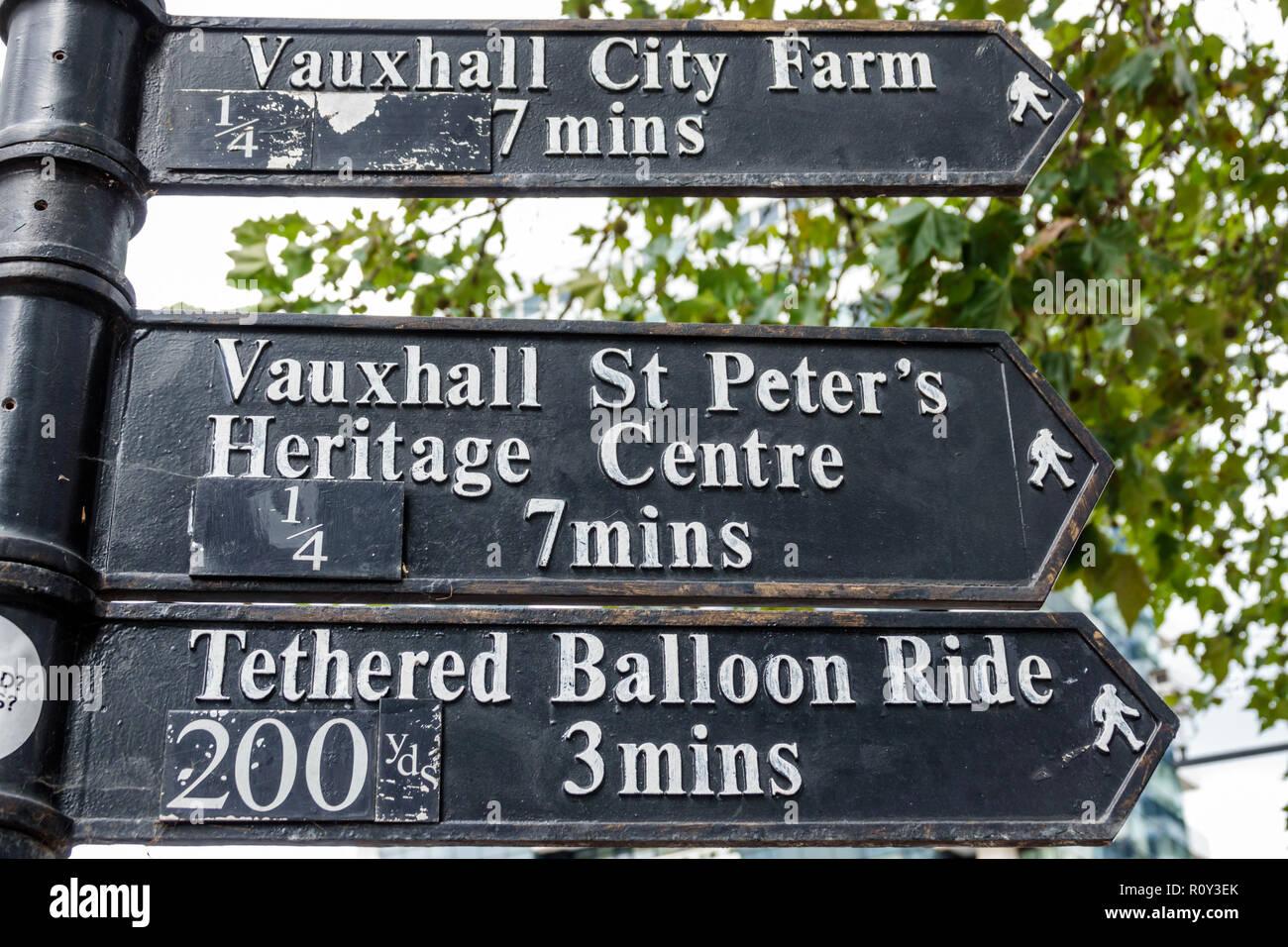 London England Vereinigtes Königreich Großbritannien Lambeth Vauxhall gerichtete Post unterzeichnen Ort Pfeil zu Fuß Vauxhall Stadt Hof St. Peter's Heri Stockbild
