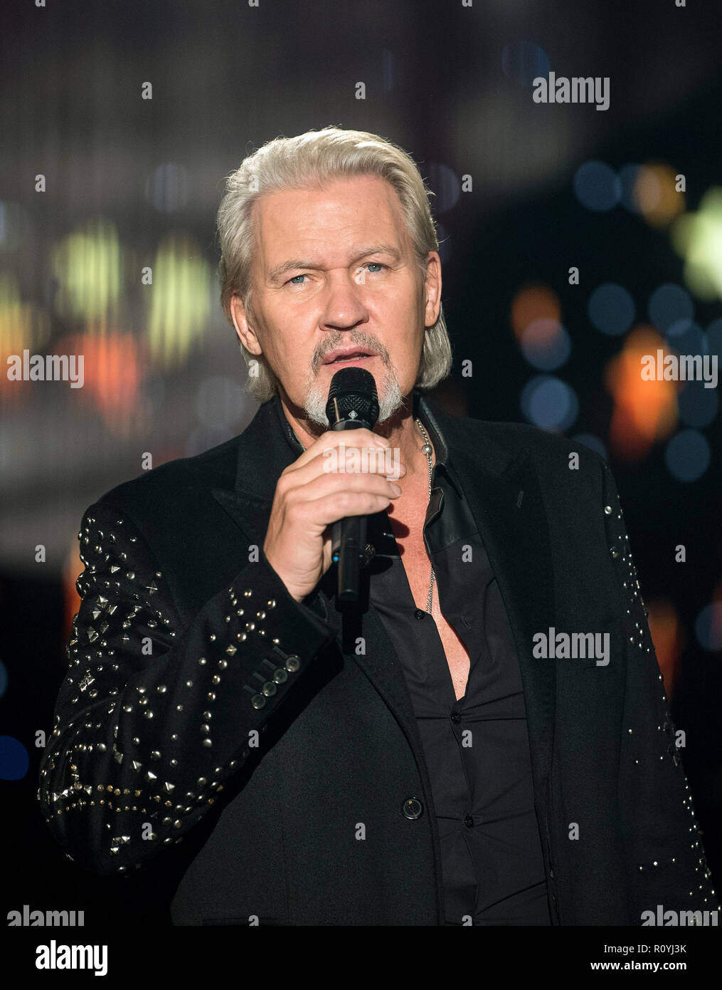 06. November 2018, Sachsen, Zwickau: Sänger Johnny Logan singt bei ...
