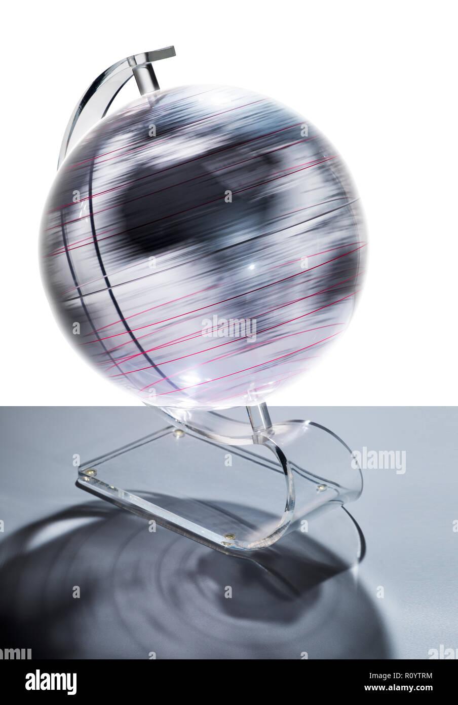 Transparente Kugel mit einer Geschwindigkeit drehen, Studio shot Stockbild