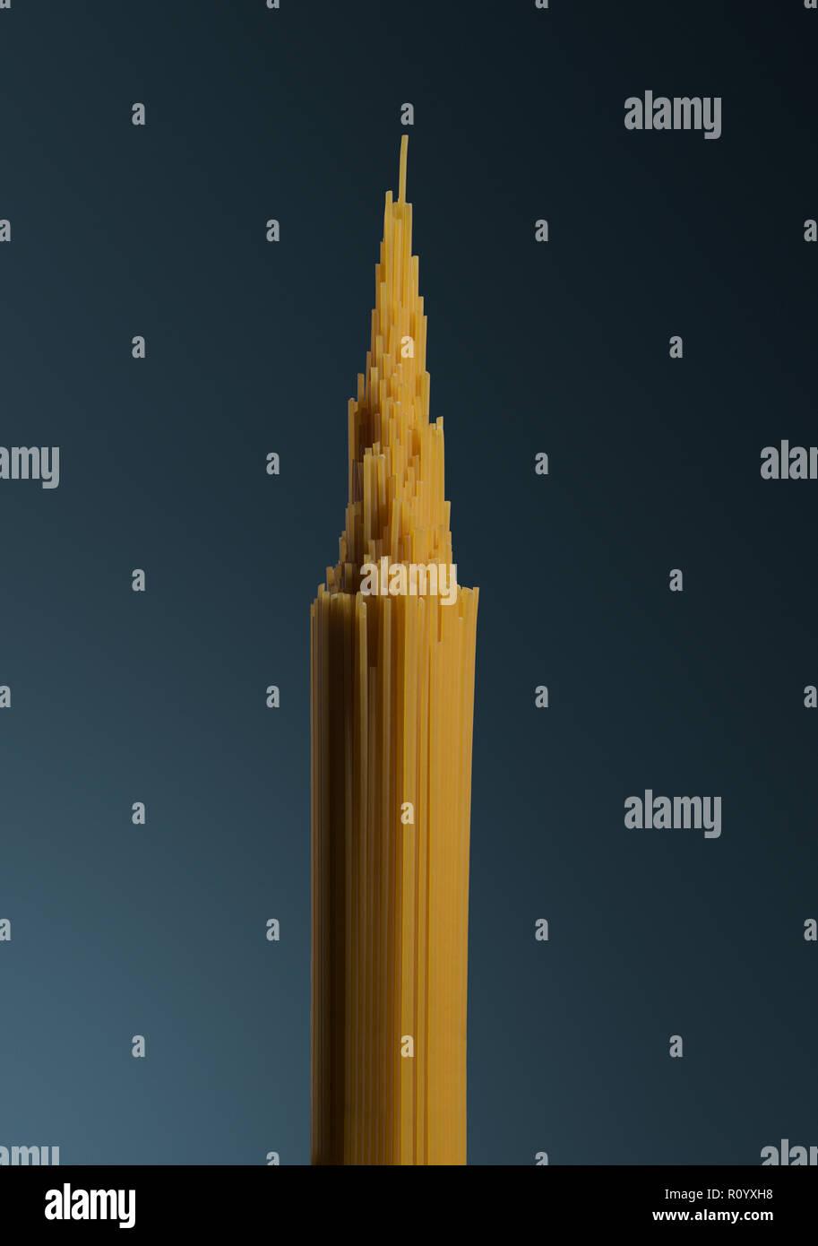 Bündel von rohen ungekochten Spaghetti als spitzen Turm Struktur geprägt, Empire State Building Stockbild