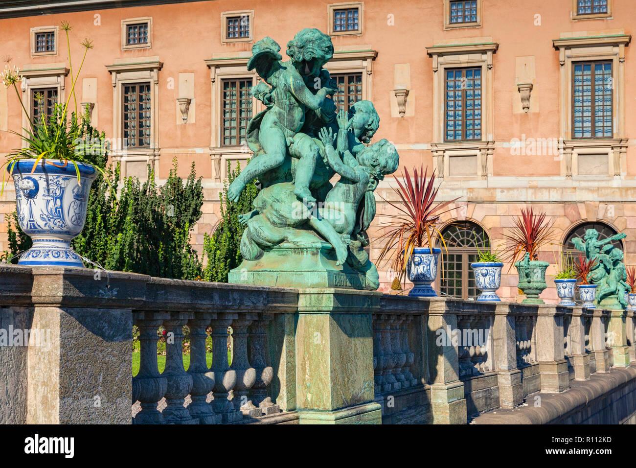 16. September 2018: Stockholm, Schweden - Details der Balustrade im Royal Palace, mit Urnen voller Pflanzen und einen cherub Skulptur. Stockbild