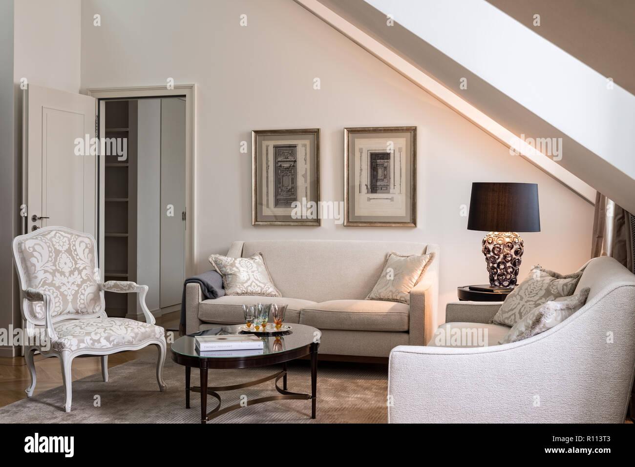 Wohnzimmer Mit Satteldach Decke Stockfoto Bild 224374419