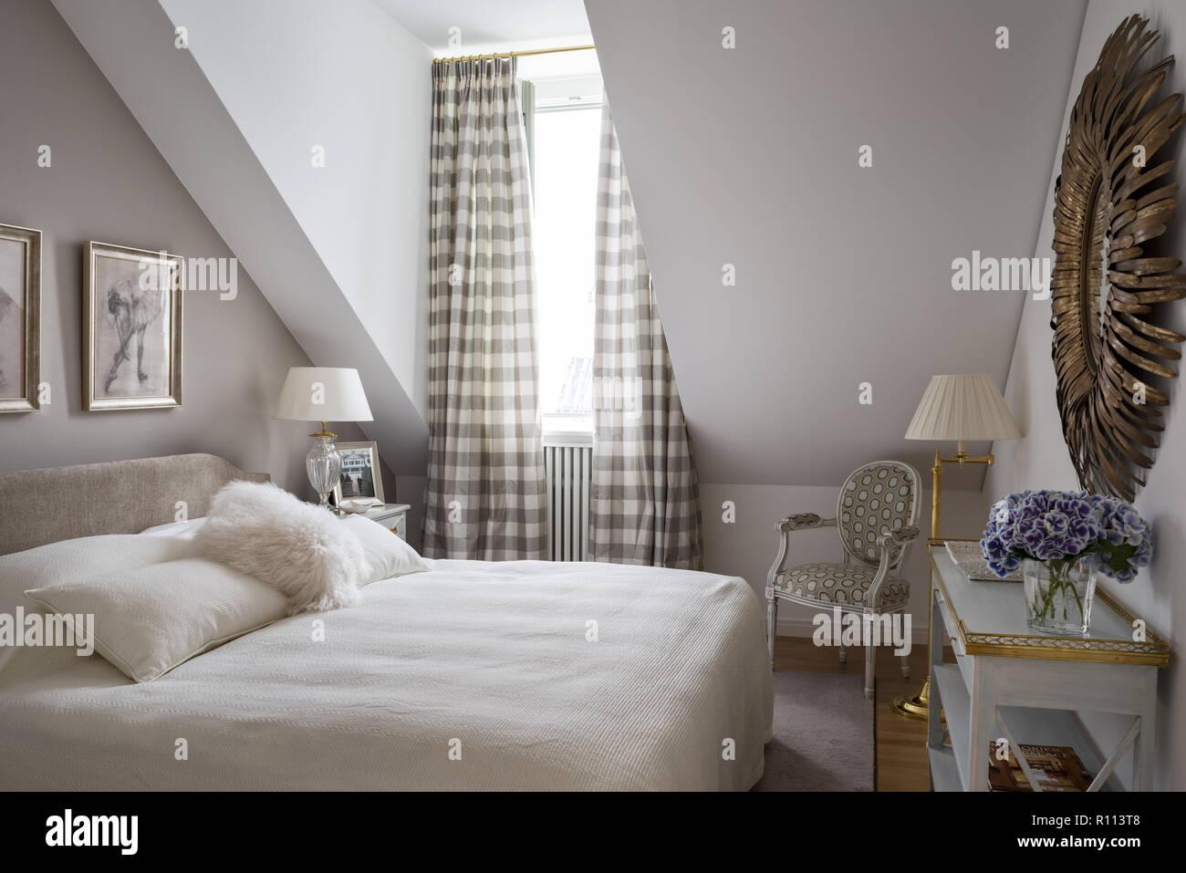 Im gustavianischen Schlafzimmer mit Satteldach Decke Stockfoto, Bild ...
