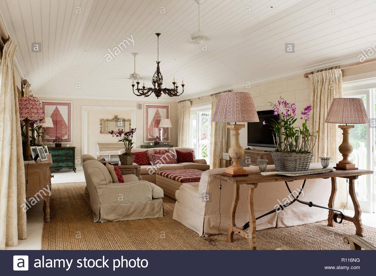 Rot und Weiß Landhausstil Wohnzimmer Stockfoto, Bild: 224376700 - Alamy