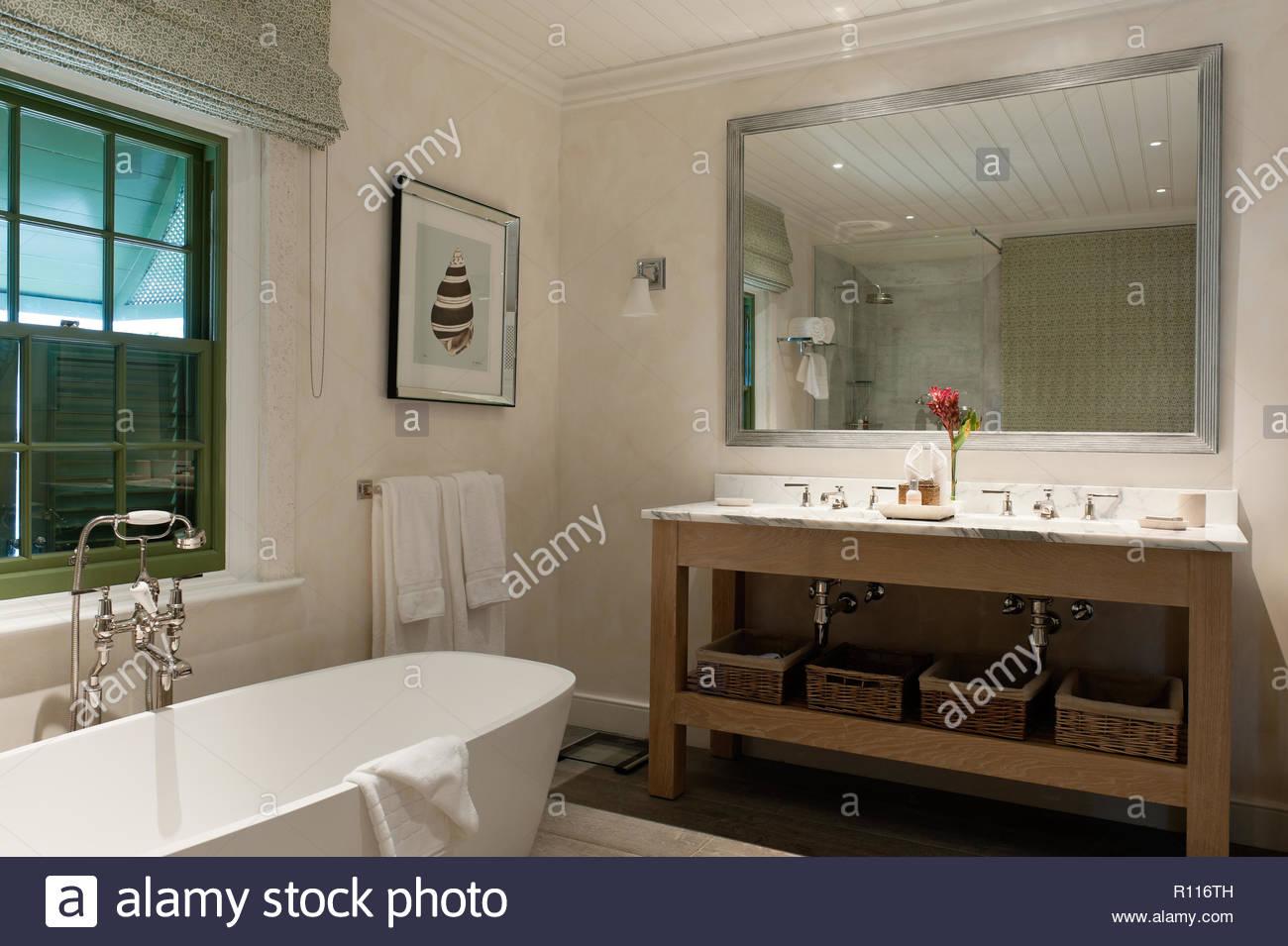 Waschbecken im Landhausstil Badezimmer Stockfoto, Bild: 224376785 ...