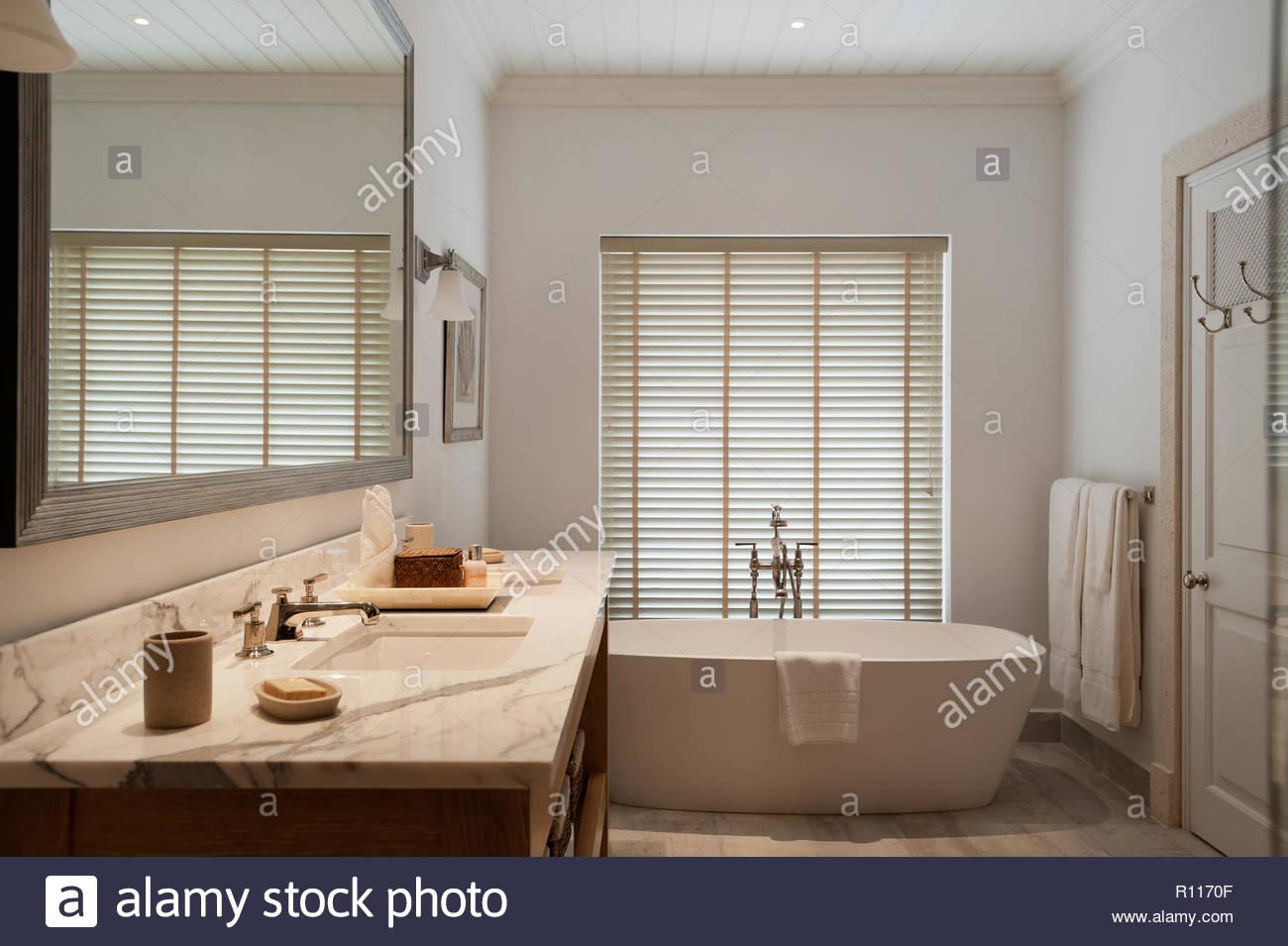 Klassischen Stil Badezimmer mit freistehender Badewanne Stockfoto ...